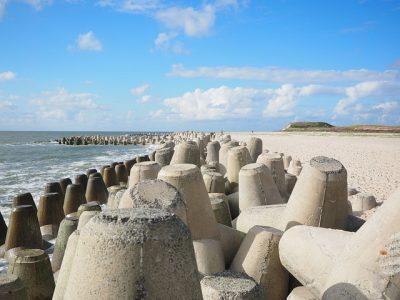 海、砂浜、テトラポッド