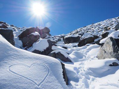ハート、雪山、太陽