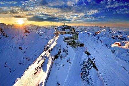 日の出、雪山、